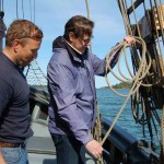 Yhteistyötä.Olgan kippari opastaa Kustavin kunnanjohtajaa purjeiden nostossa.